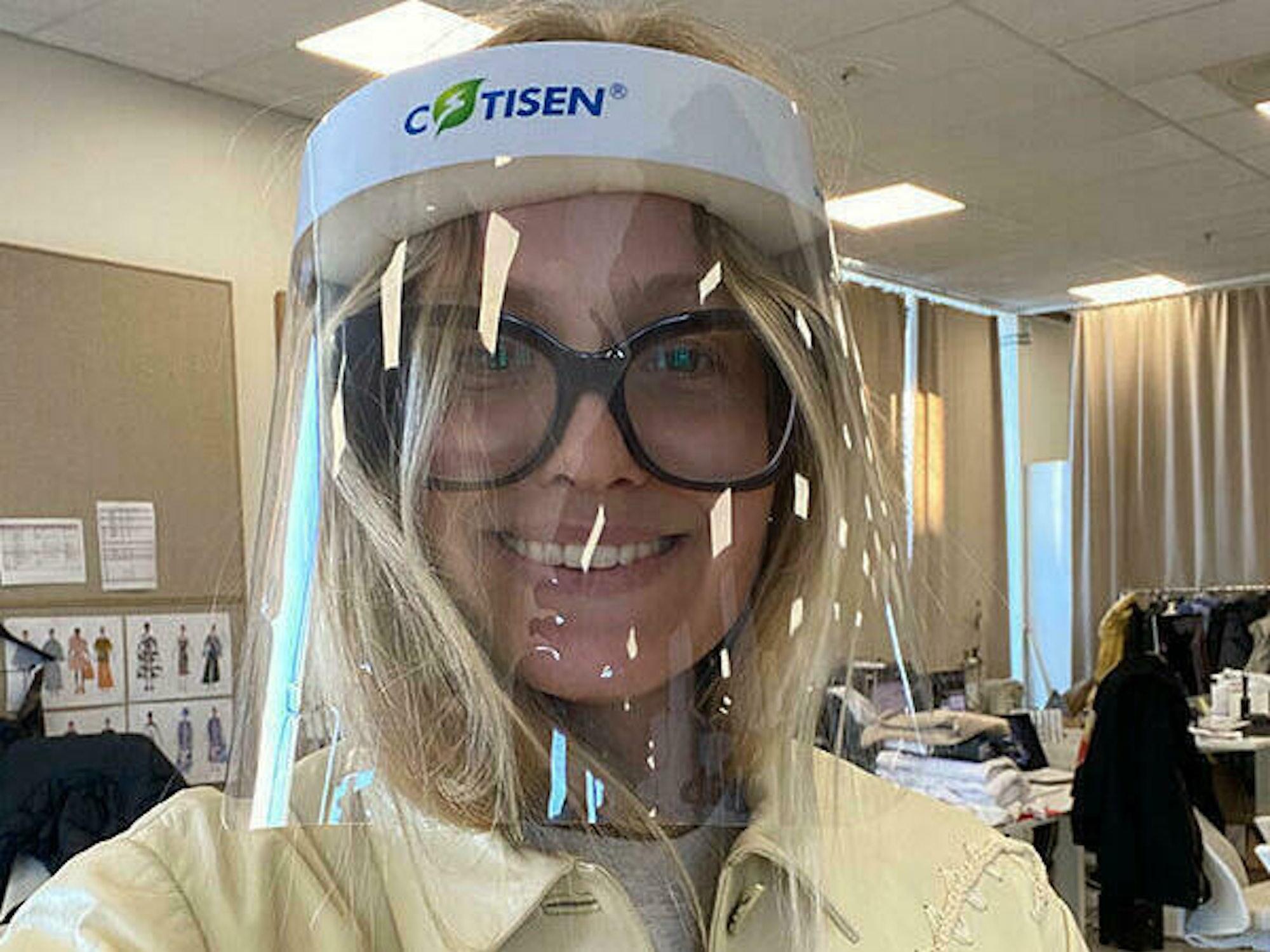 Maria på jobb med smittervernutstyr og briller i studio