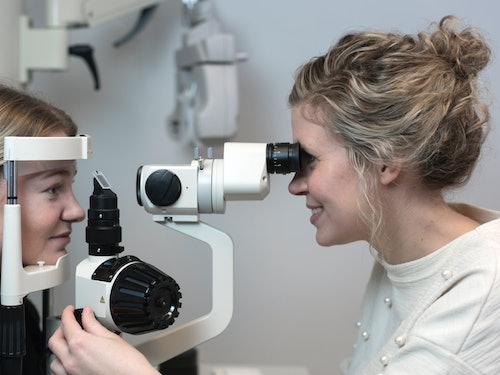 Bilde av en pasient og optiker under en synstest hos Krogh Optikk