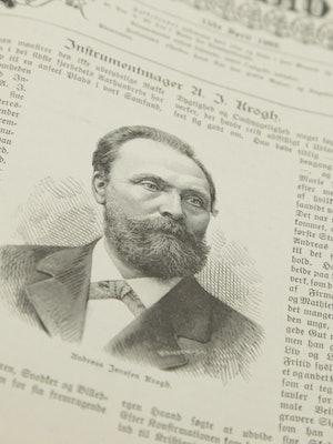Bilde av et avisutklipp om instrumentmakervirksomheten til Andreas Jensen Krogh.