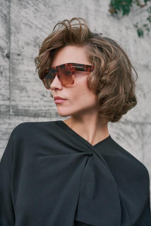Bilde av modell med solbrille fra Tom Ford - du finner den hos Krogh Optikk