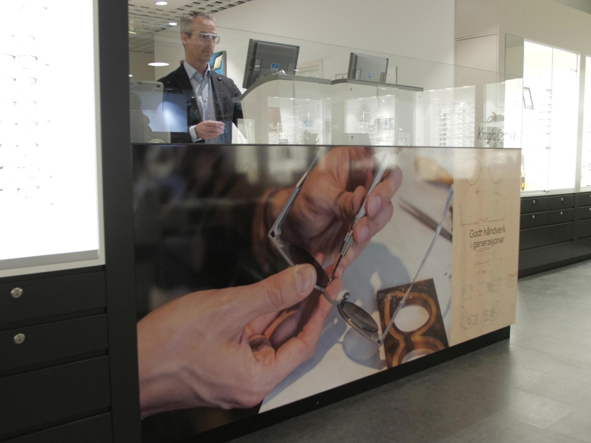Bilde av optiker og butikksjef Geir på verkstedet til Krogh Optikk Sandvika