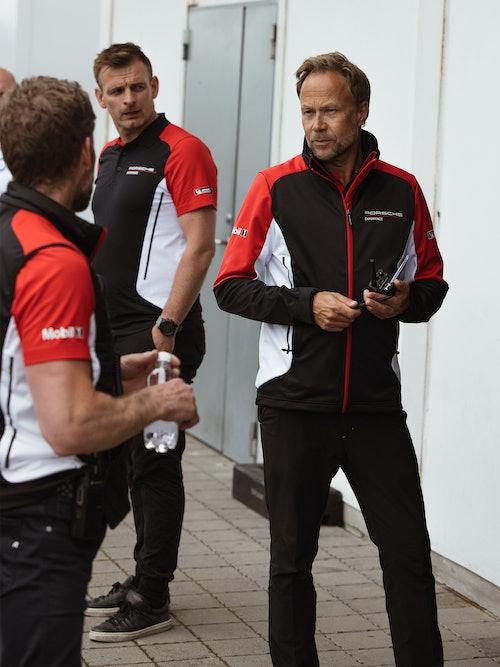 Christian Lauenbord i samtale med andre sjåfører.