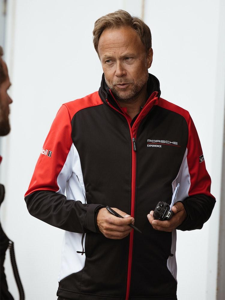 Christian Lauenborg i samtale med en sjåfør.