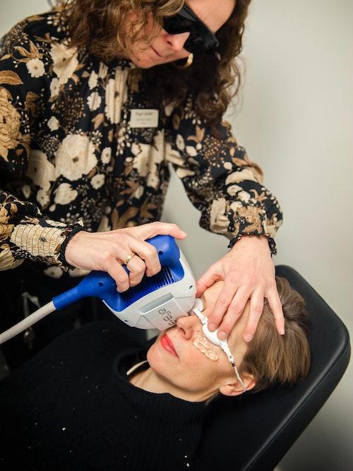 En kunde som får behandling for tørre øyne hos Krogh Optikk