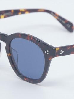 Nærbilde av solbrille fra Oliver Peoples