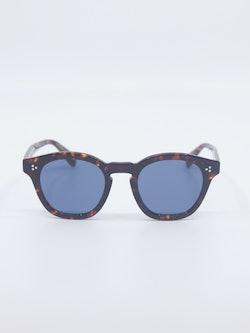 Bilde av solbrille med blå glass fra Oliver Peoples
