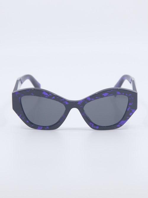 Bilde av solbrille fra Prada i lilla fargetoner