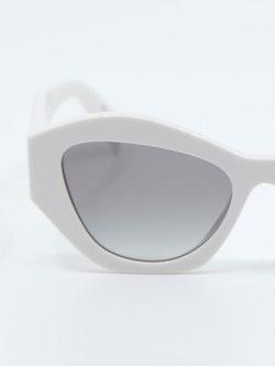 Nærbilde av solbrille PR07YS fra Prada i farge hvit