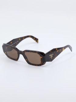 Bilde fra siden av solbrillen PR17WS i farge havana