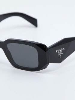 Nærbilde av solbrille PR17WS fra Prada i farge sort