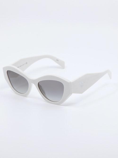 Bilde av hvit solbrille fra Prada, modellnummer 07YS