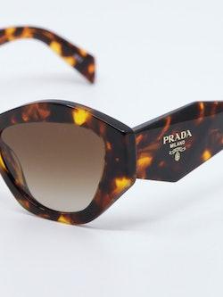 Nærbilde av solbrille PR07YS fra Prada