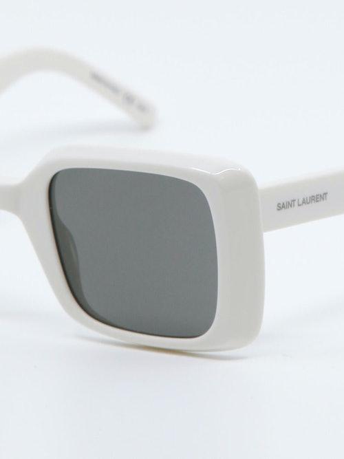 Nærbilde av solbrille SL497