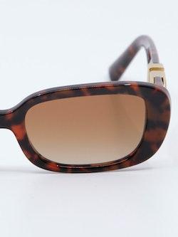 Nærbilde av solbrille VA4067 fra Valentino i farge havana