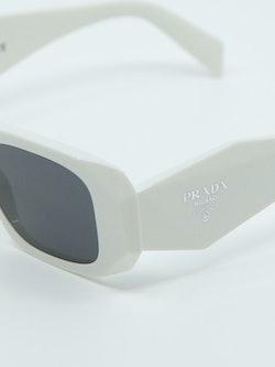 Nærbilde av solbrille fra Prada med modellnummer PR17WS