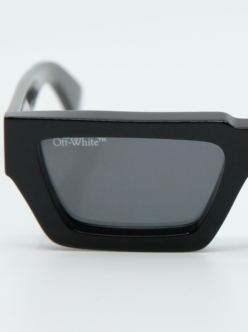 Nærbilde av solbrille fra Off-White