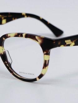 Nærbilde av en brille fra Bottega Veneta, du finner den hos Krogh Optikk