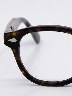 Nærbilde av brille Lemtosh i farge tortoise