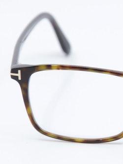 Nærbilde av brille FT5584 fra Tom Ford