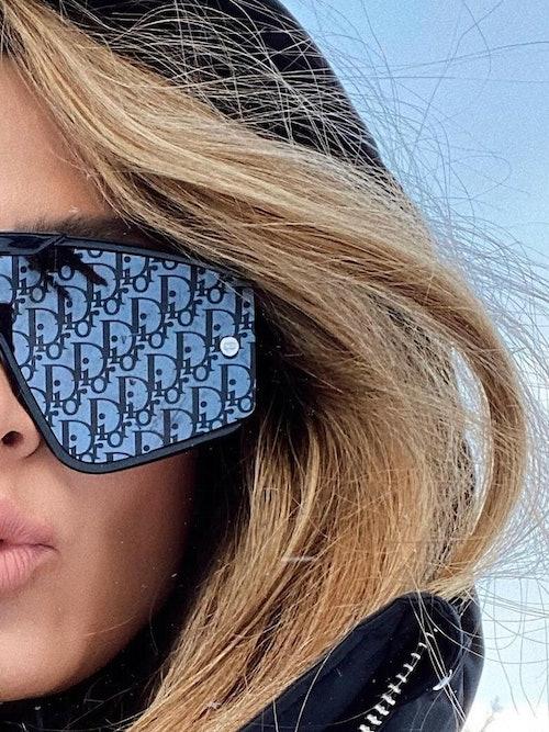Bilde av Camilla Abry med solbrillen Diorxtrem. Finnes hos Krogh Optikk