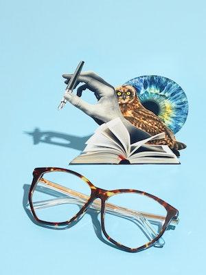 Bilde av en innfatning, en bok og en penn