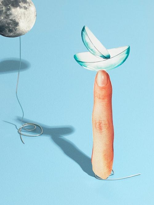 Bilde av en finger med linse på