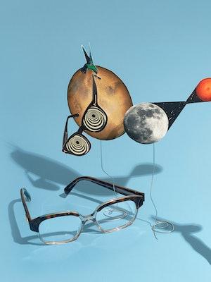 Bilde av en brille og en planet