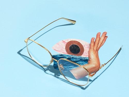 Bilde av en brille et øye og en hånd som skal illustrere presbyopi